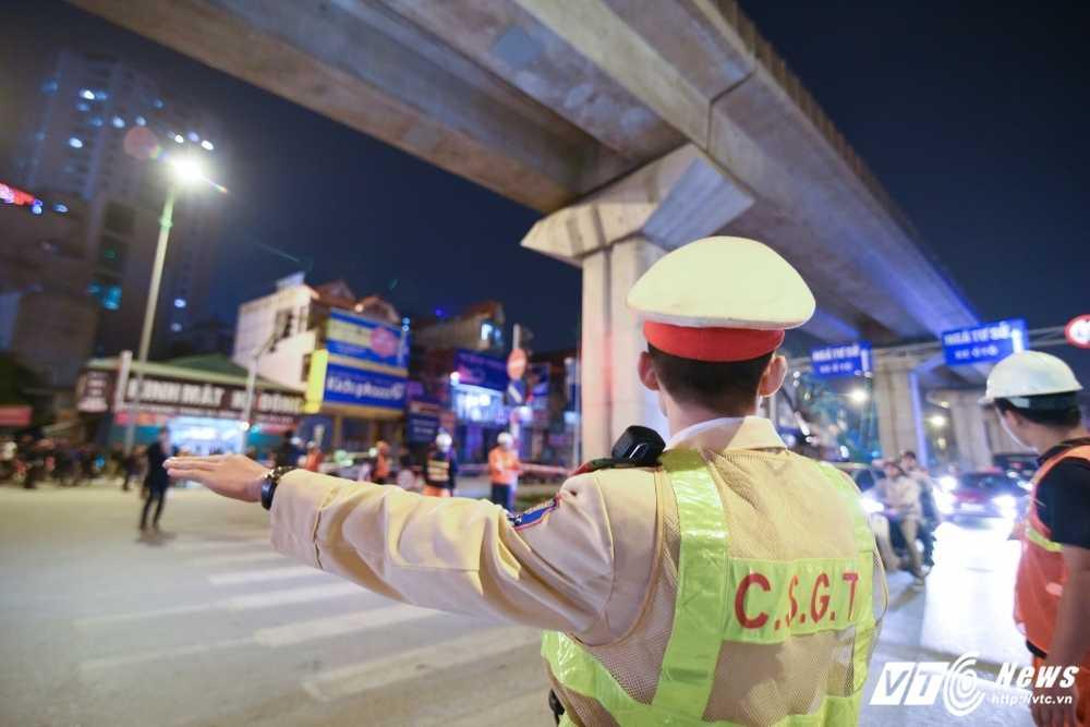 Toan canh dau tau 'bay' tu mat dat len duong sat tren cao Cat Linh - Ha Dong hinh anh 6