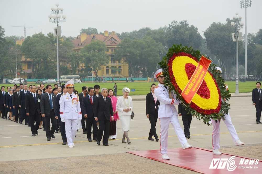 Nha vua va Hoang Hau Nhat Ban vieng Lang Chu tich Ho Chi Minh hinh anh 1
