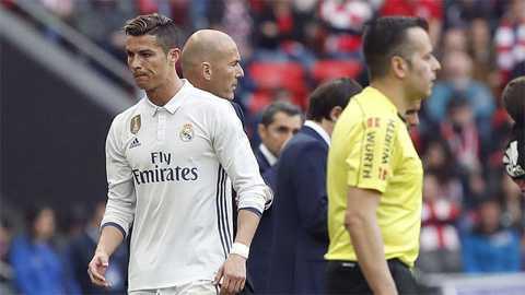 Ronaldo lai chui the khi bi Zidane thay ra san hinh anh 1