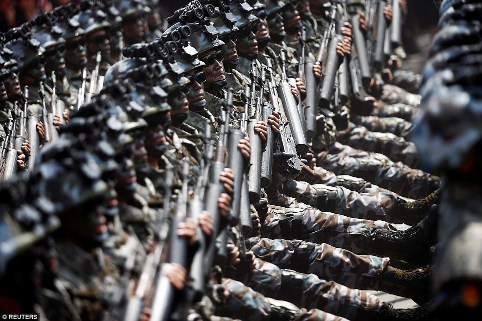 Hinh anh Can canh biet doi tinh nhue bao ve ong Kim Jong-un trong duyet binh Trieu Tien 4