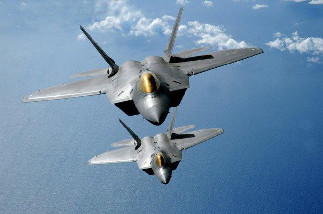 My tung F-22 chan 2 may bay nem bom Nga ap sat bien gioi hinh anh 1