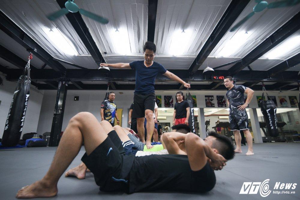 Nhung man doi khang 'sam set' trong trung tam MMA o Ha Noi hinh anh 1