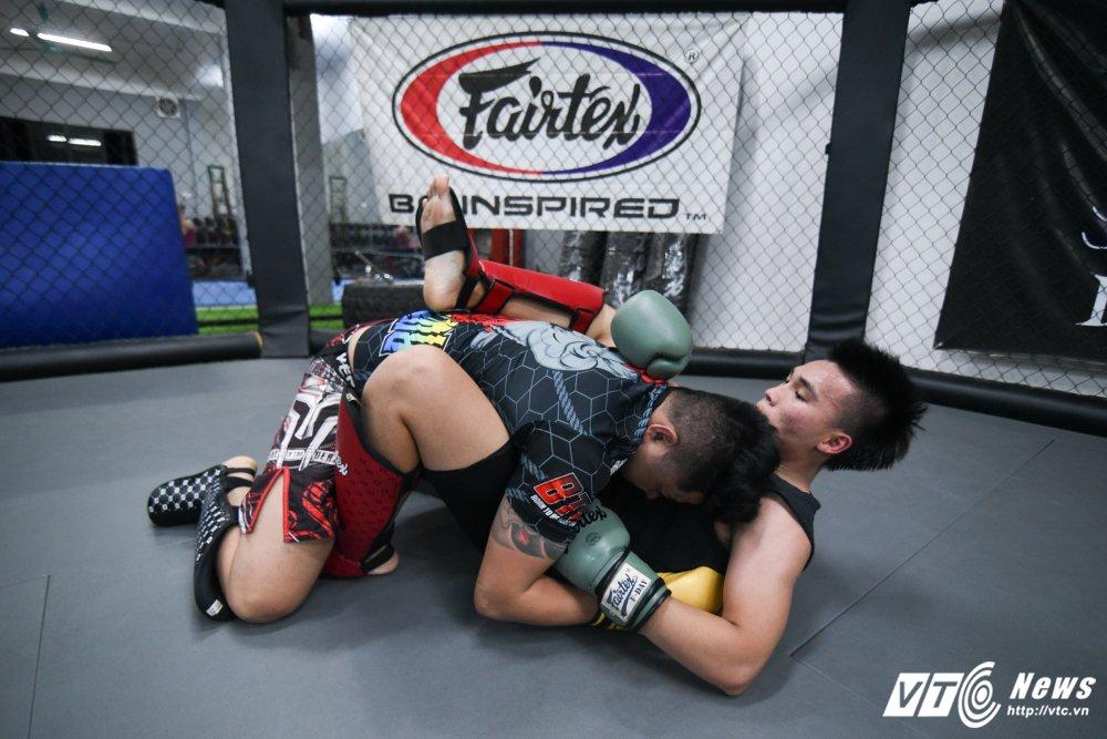 Nhung man doi khang 'sam set' trong trung tam MMA o Ha Noi hinh anh 13