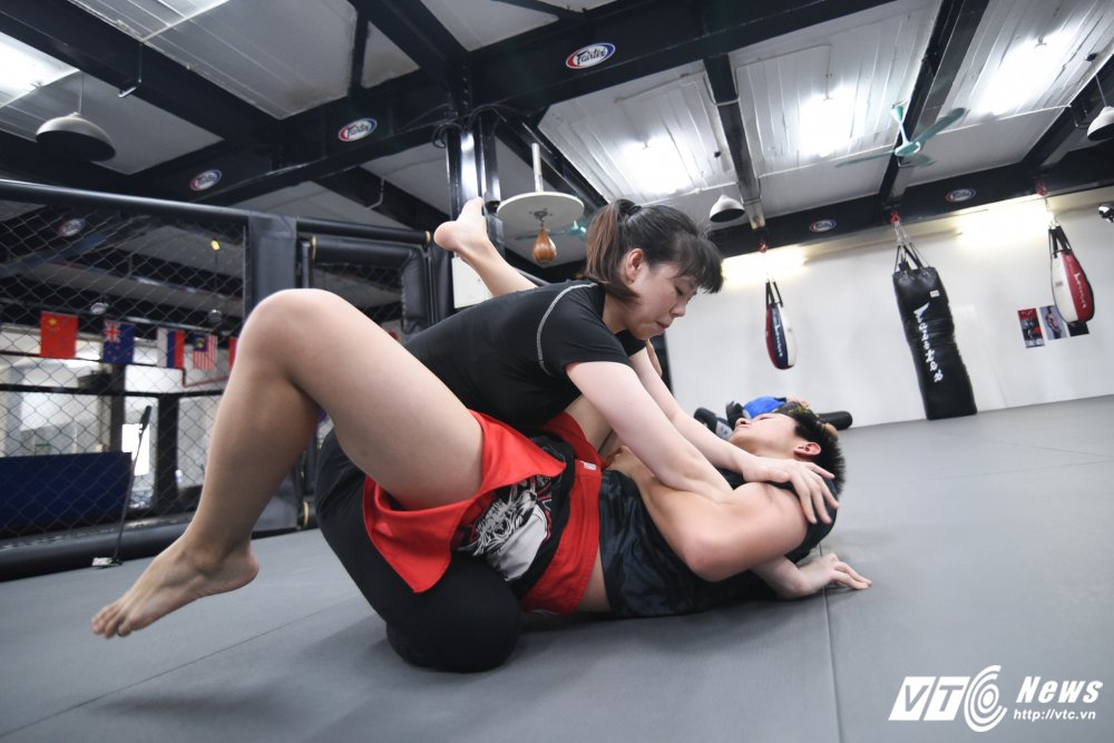 Xem thieu nu Viet khoa chat doi thu bang don hiem MMA hinh anh 8