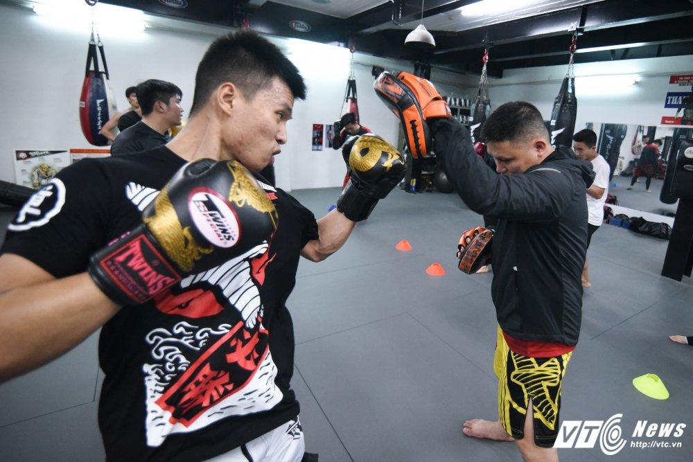 Xem thieu nu Viet khoa chat doi thu bang don hiem MMA hinh anh 9