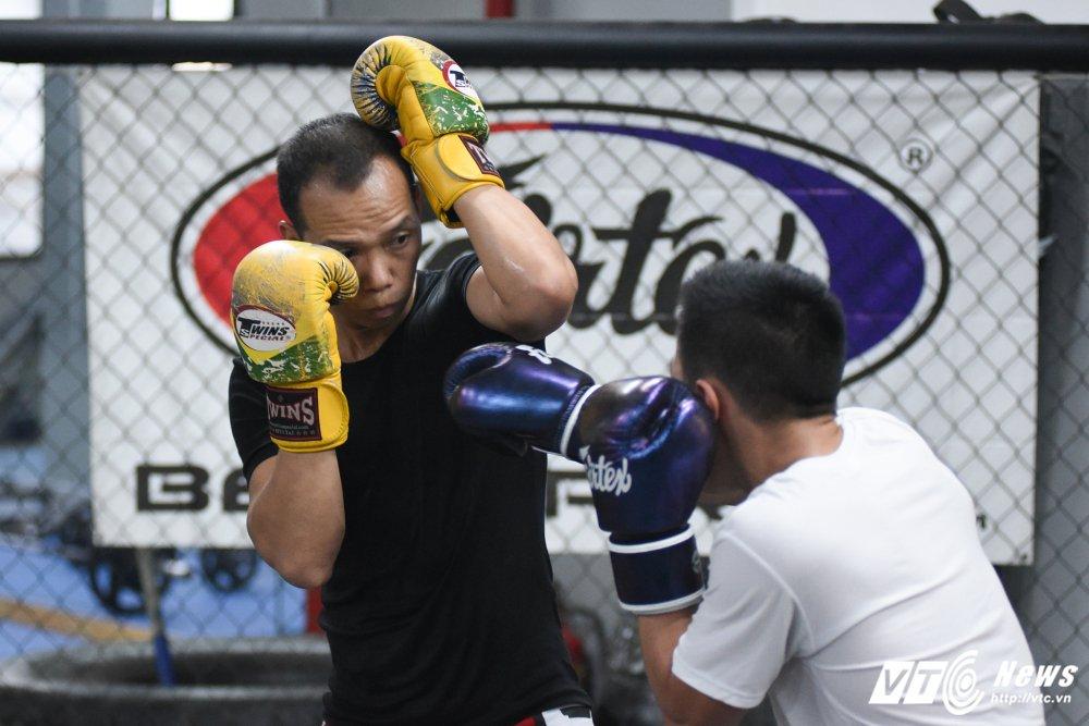 Xem thieu nu Viet khoa chat doi thu bang don hiem MMA hinh anh 10