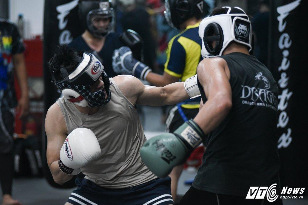 Nhung man doi khang 'sam set' trong trung tam MMA o Ha Noi hinh anh 10