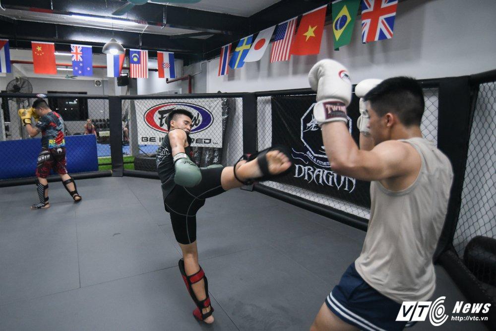 Nhung man doi khang 'sam set' trong trung tam MMA o Ha Noi hinh anh 9