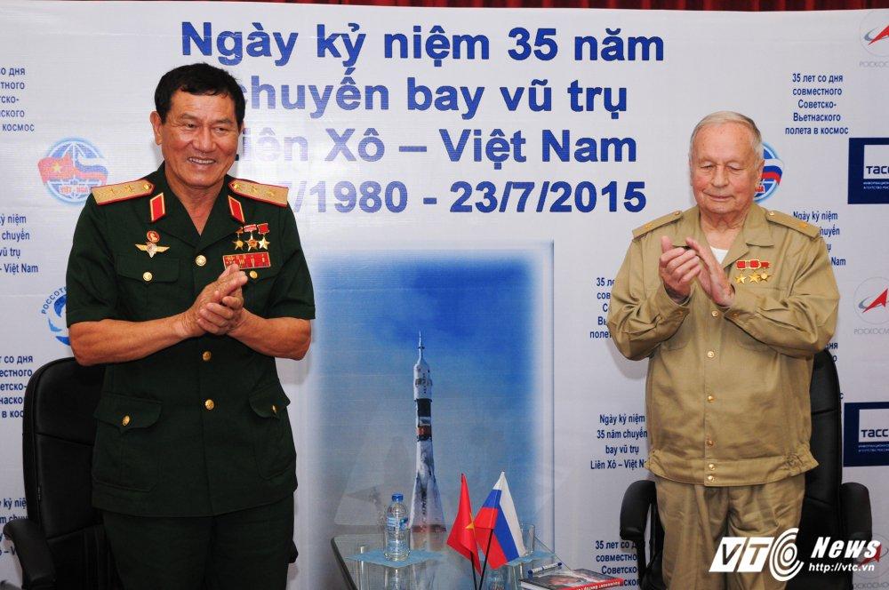Hinh anh phi hanh gia Lien Xo Gorbatko hoi ngo Anh hung Pham Tuan sau 35 nam cung bay vao vu tru hinh anh 4