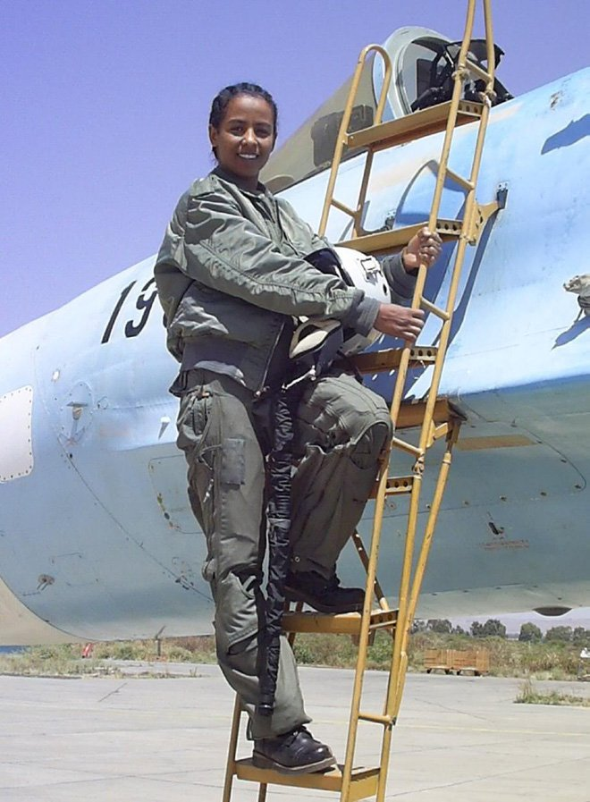 Chua tung co: Nu phi cong tiem kich Su-27 ban ha thay giao tren MiG-29 hinh anh 2