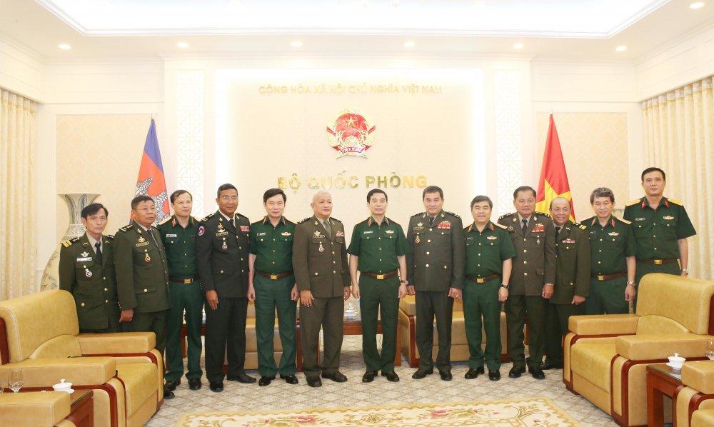 Trung tuong Phan Van Giang tiep Pho Quoc vu khanh Quoc phong Campuchia hinh anh 2
