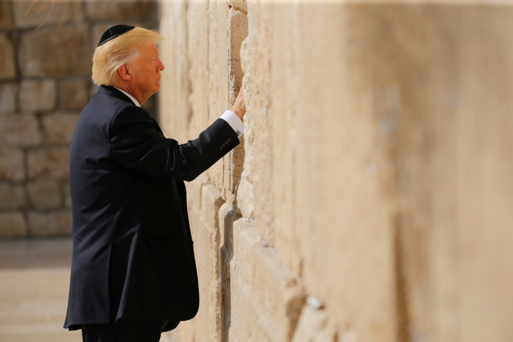 Ong Trump cau nguyen ben Buc tuong Than khoc hinh anh 1