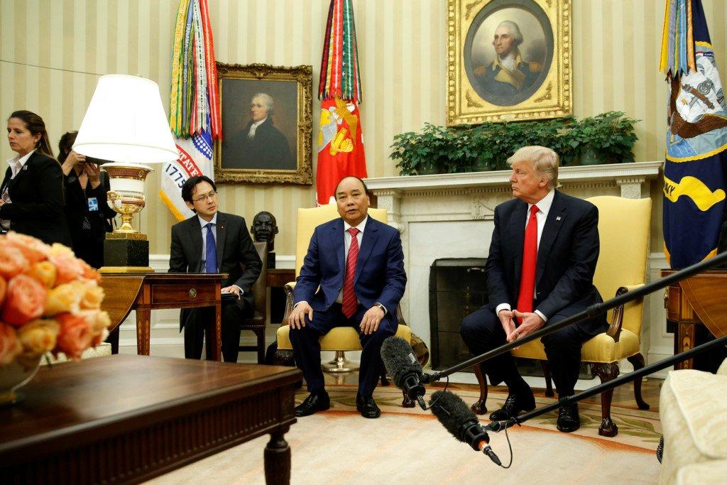 Anh: Thu tuong Nguyen Xuan Phuc gap Tong thong Donald Trump tai Nha Trang hinh anh 4