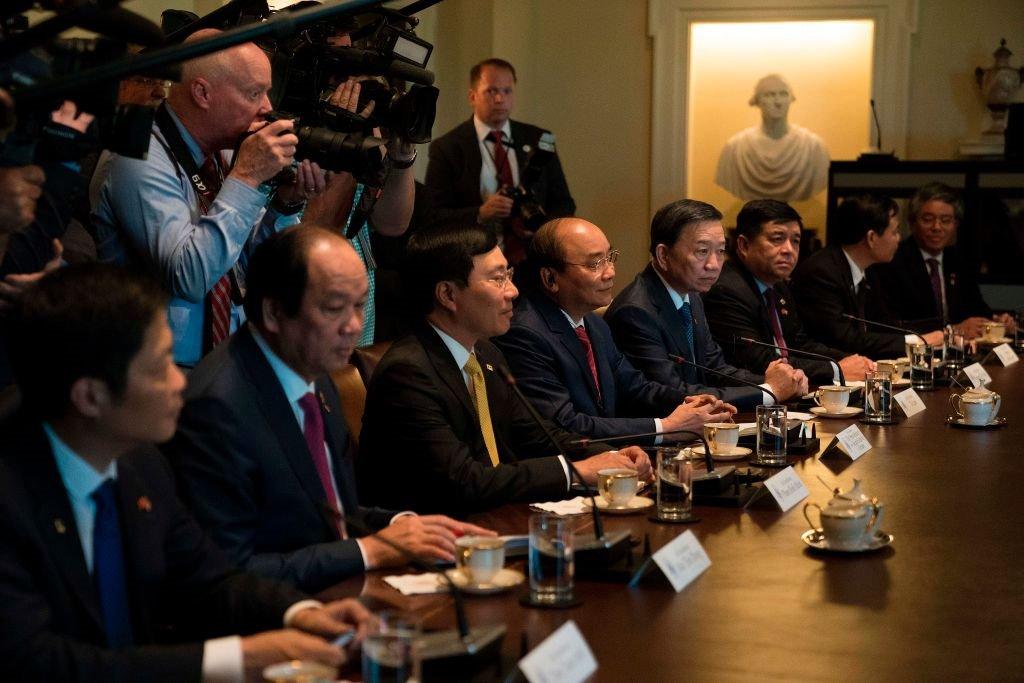 Anh: Thu tuong Nguyen Xuan Phuc gap Tong thong Donald Trump tai Nha Trang hinh anh 7