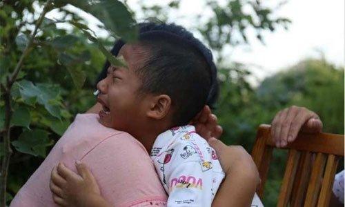Video: Be 8 tuoi nhuong su song cho em trai khien dan mang roi le hinh anh 1