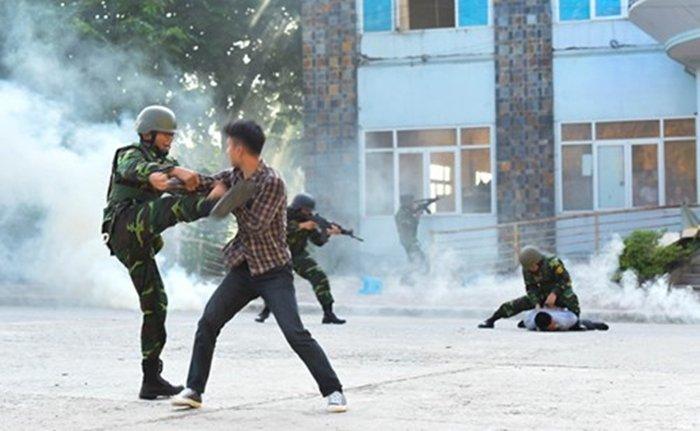 Anh: Quan doi Viet, Trung dien tap lien hop chong khung bo hinh anh 8