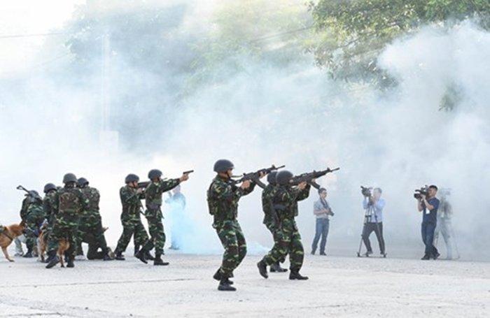 Anh: Quan doi Viet, Trung dien tap lien hop chong khung bo hinh anh 9