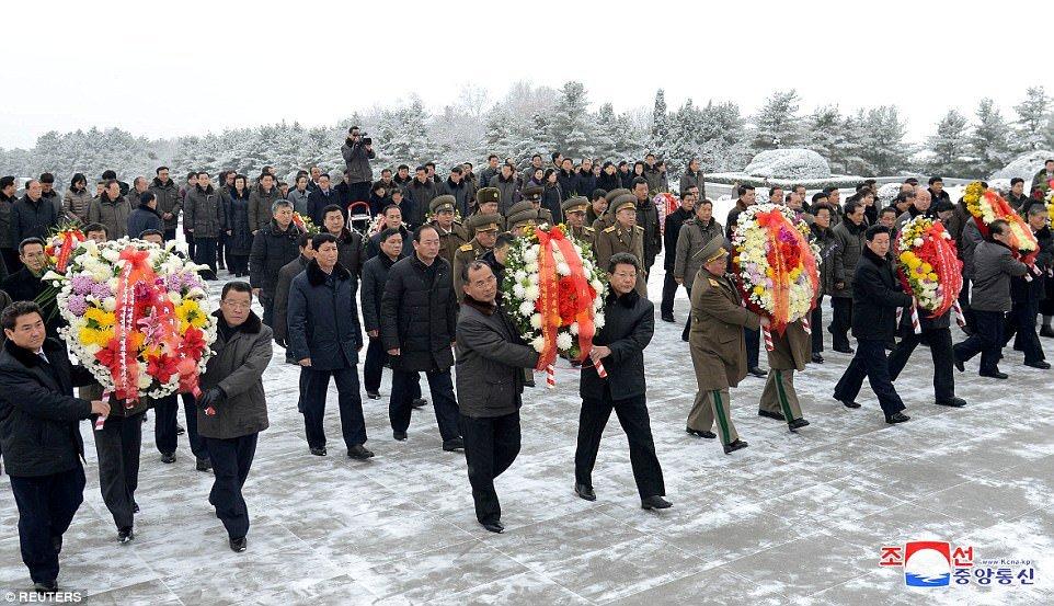 Nguoi Trieu Tien khieu vu trong tuyet mung 100 nam ngay sinh ba noi ong Kim Jong-un hinh anh 4