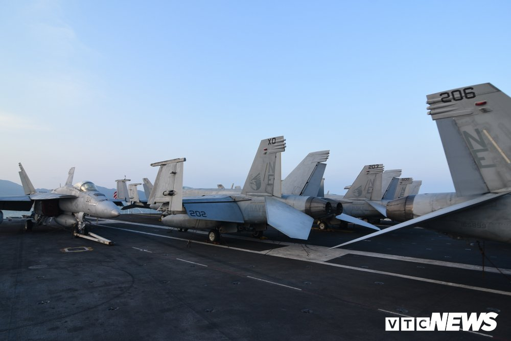 Dan chien co manh me tren boong tau san bay USS Carl Vinson dang o Da Nang hinh anh 17