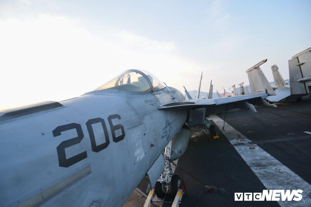 Dan chien co manh me tren boong tau san bay USS Carl Vinson dang o Da Nang hinh anh 13