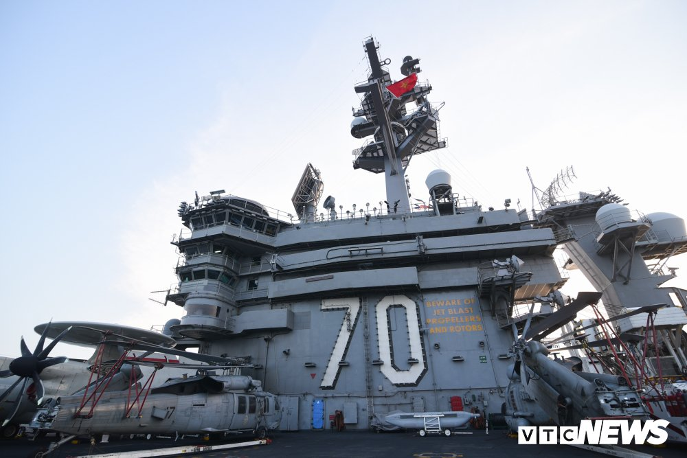 Dan chien co manh me tren boong tau san bay USS Carl Vinson dang o Da Nang hinh anh 11