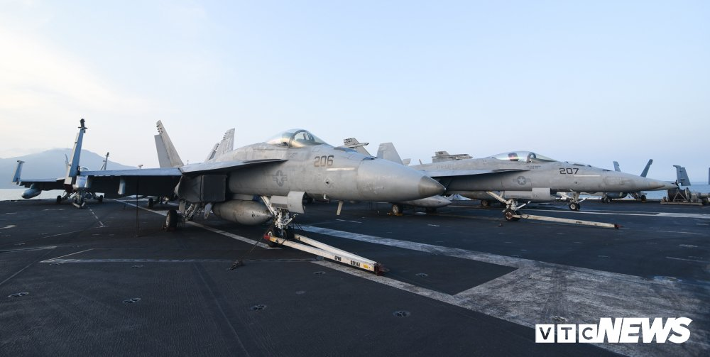 Dan chien co manh me tren boong tau san bay USS Carl Vinson dang o Da Nang hinh anh 12