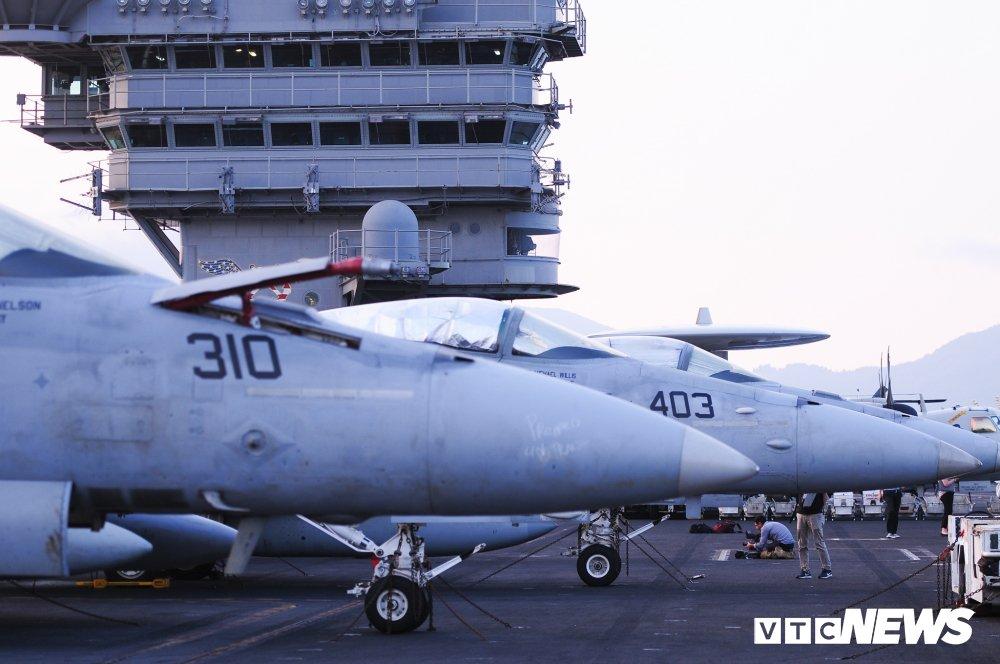 Dan chien co manh me tren boong tau san bay USS Carl Vinson dang o Da Nang hinh anh 18