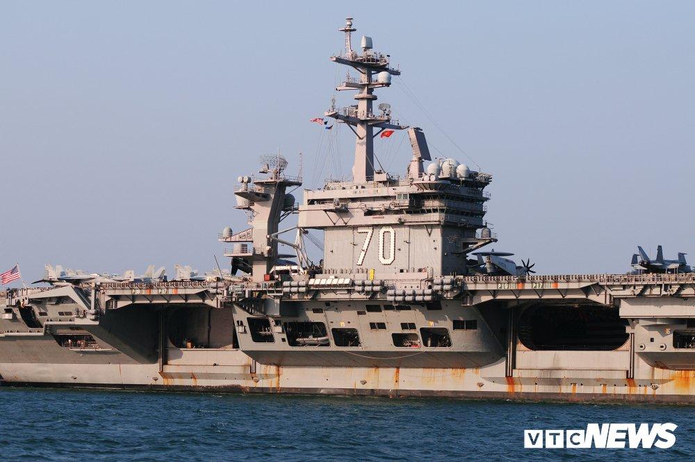 Dan chien co manh me tren boong tau san bay USS Carl Vinson dang o Da Nang hinh anh 3