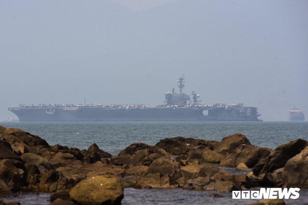 Can canh tau san bay My USS Carl Vinson dau trong cang Tien Sa hinh anh 1