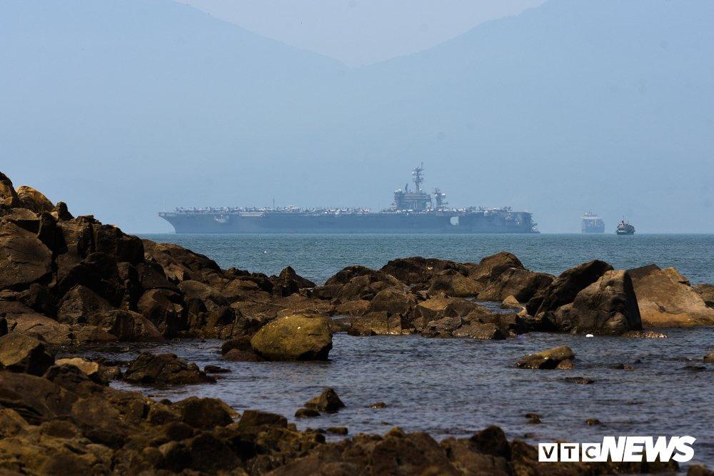 Can canh tau san bay My USS Carl Vinson dau trong cang Tien Sa hinh anh 2
