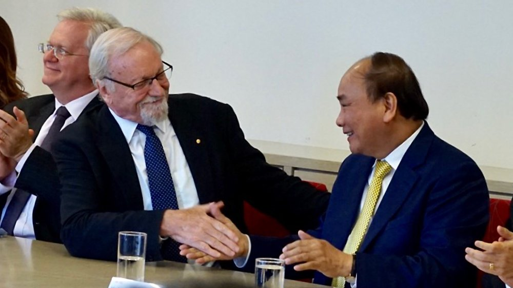 Hieu truong DH Quoc gia Australia: 'Viet Nam lam nen con nguoi hoa binh trong toi' hinh anh 1