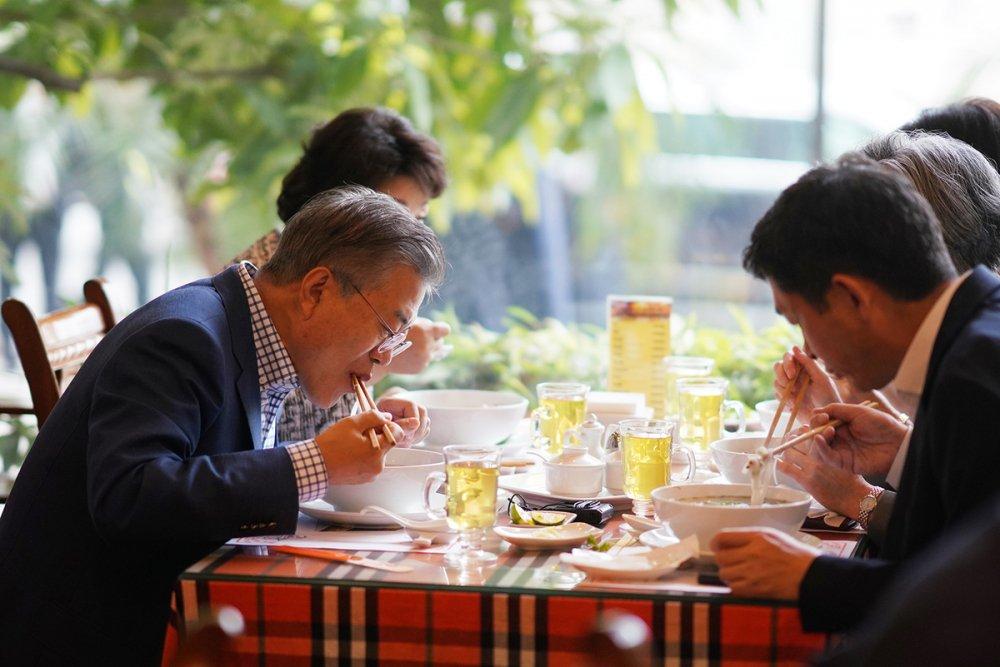 Vo chong Tong thong Han Quoc thuong thuc pho bo o Ha Noi hinh anh 3