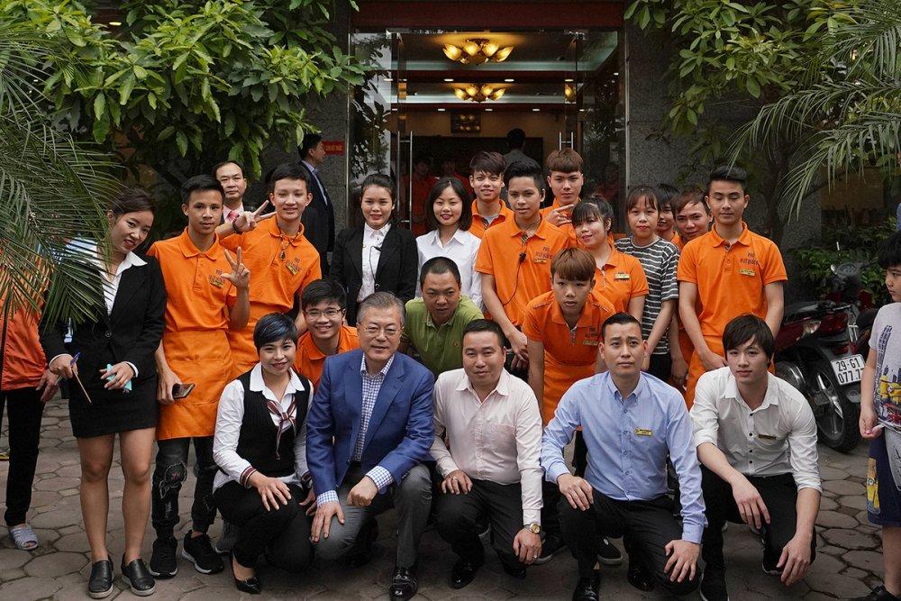 Vo chong Tong thong Han Quoc thuong thuc pho bo o Ha Noi hinh anh 9