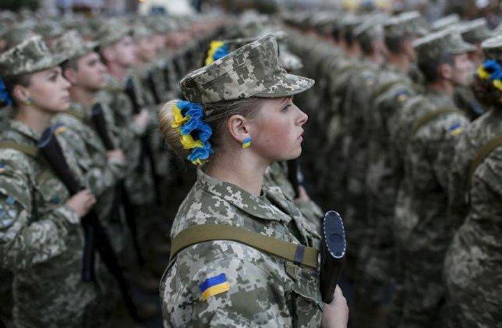 Nu binh sy Ukraine mac do lot nhay goi cam trong doanh trai gay xon xao hinh anh 1