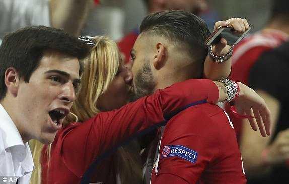 'Co gai doi hon khong cho ban trai hon' hot nhat chung ket Champions League hinh anh 2