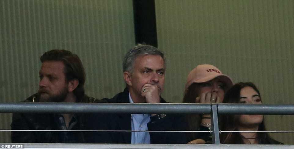 Mourinho ngoi khan dai xem tuyen Anh ha Bo Dao Nha hinh anh 1