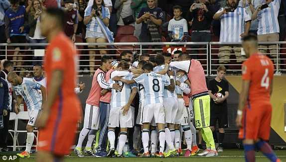 Messi vang mat, Argentina van du suc tra han Chile hinh anh 10