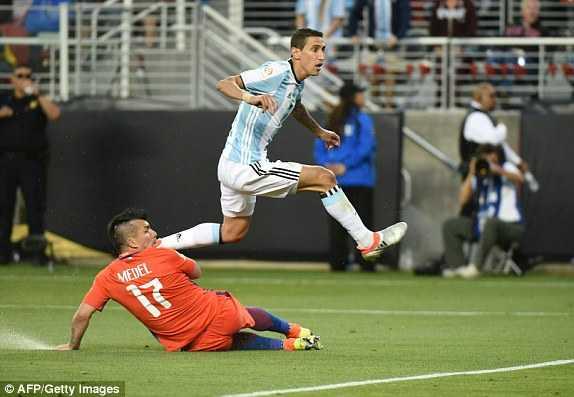 Messi vang mat, Argentina van du suc tra han Chile hinh anh 8