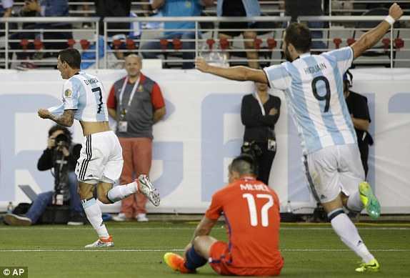 Messi vang mat, Argentina van du suc tra han Chile hinh anh 7