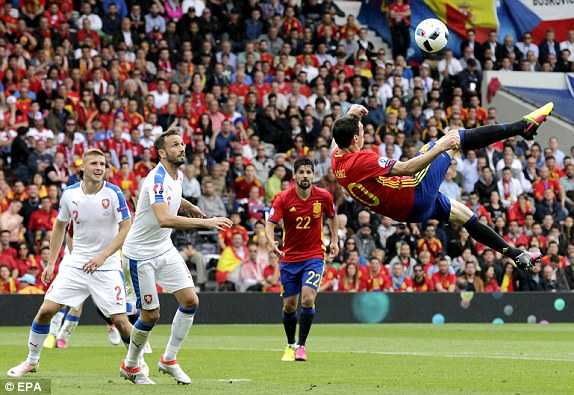 Pique ha 'nguoi nhen' Petr Cech, Tay Ban Nha nhoc nhan gianh 3 diem hinh anh 1