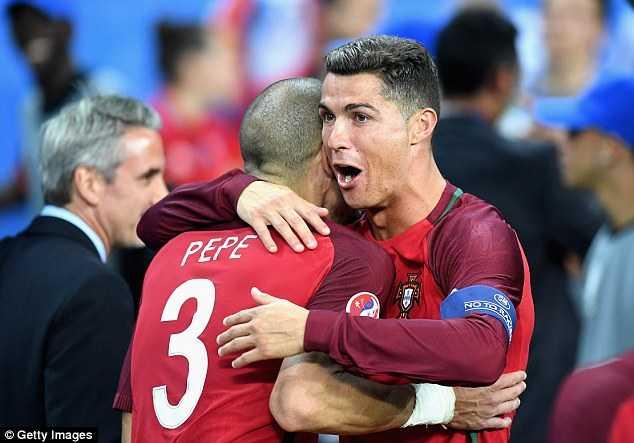 Ronaldo vien man, Messi co buon khong? hinh anh 2