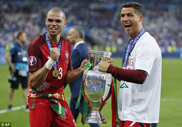 Ronaldo vien man, Messi co buon khong? hinh anh 1