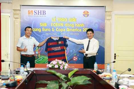 Fan Barca tai Viet Nam nhan qua tang tu Messi, Neymar, Suarez hinh anh 1