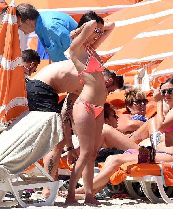 Giroud khoe co báp, bạn gái xinh dep mac bikini lọ bụng to hinh anh 2
