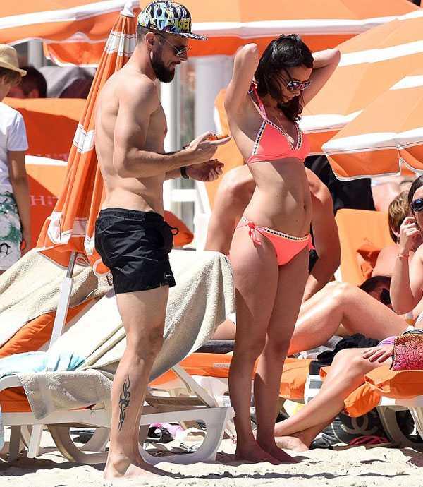 Giroud khoe co báp, bạn gái xinh dep mac bikini lọ bụng to hinh anh 3