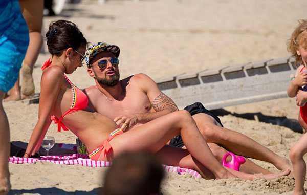 Giroud khoe co báp, bạn gái xinh dep mac bikini lọ bụng to hinh anh 4