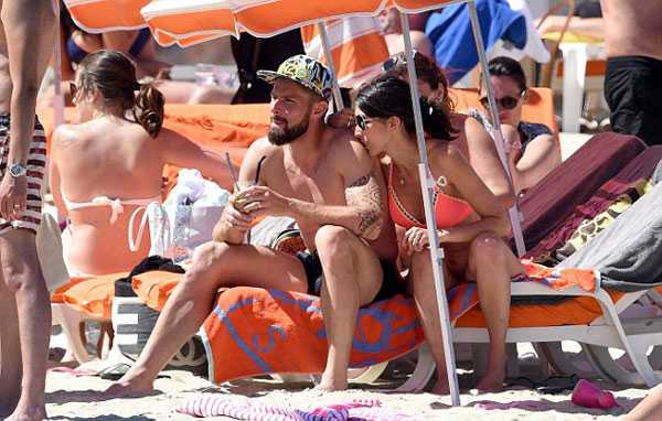 Giroud khoe co báp, bạn gái xinh dep mac bikini lọ bụng to hinh anh 5