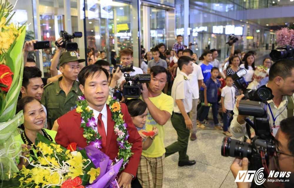 Truc tiep Olympic: Nguoi hung Hoang Xuan Vinh ve nuoc, Tien Minh dau Lin Dan hinh anh 2