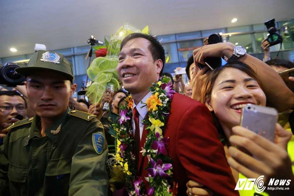 Truc tiep Olympic: Nguoi hung Hoang Xuan Vinh ve nuoc, Tien Minh dau Lin Dan hinh anh 3