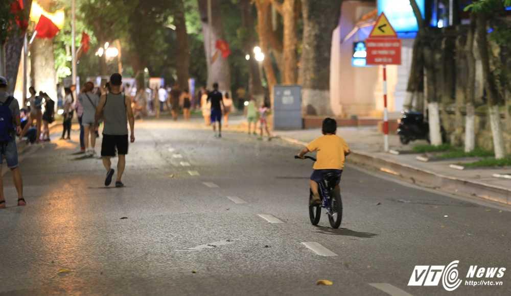 Video, anh: Muon kieu thuong thuc pho di bo quanh Ho Guom cua nguoi Ha Noi hinh anh 13